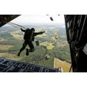 Hoppa fallskärm och bli bättre på att leda i strid