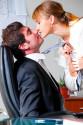 Åtta av tio är positiva till kärlek på jobbet