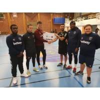 15-tal unga ledare spelar boll och spelar roll