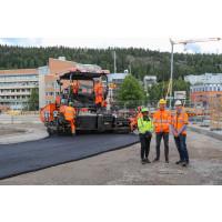 Peab först i Sverige att lägga asfalt med skogens eget bindemedel
