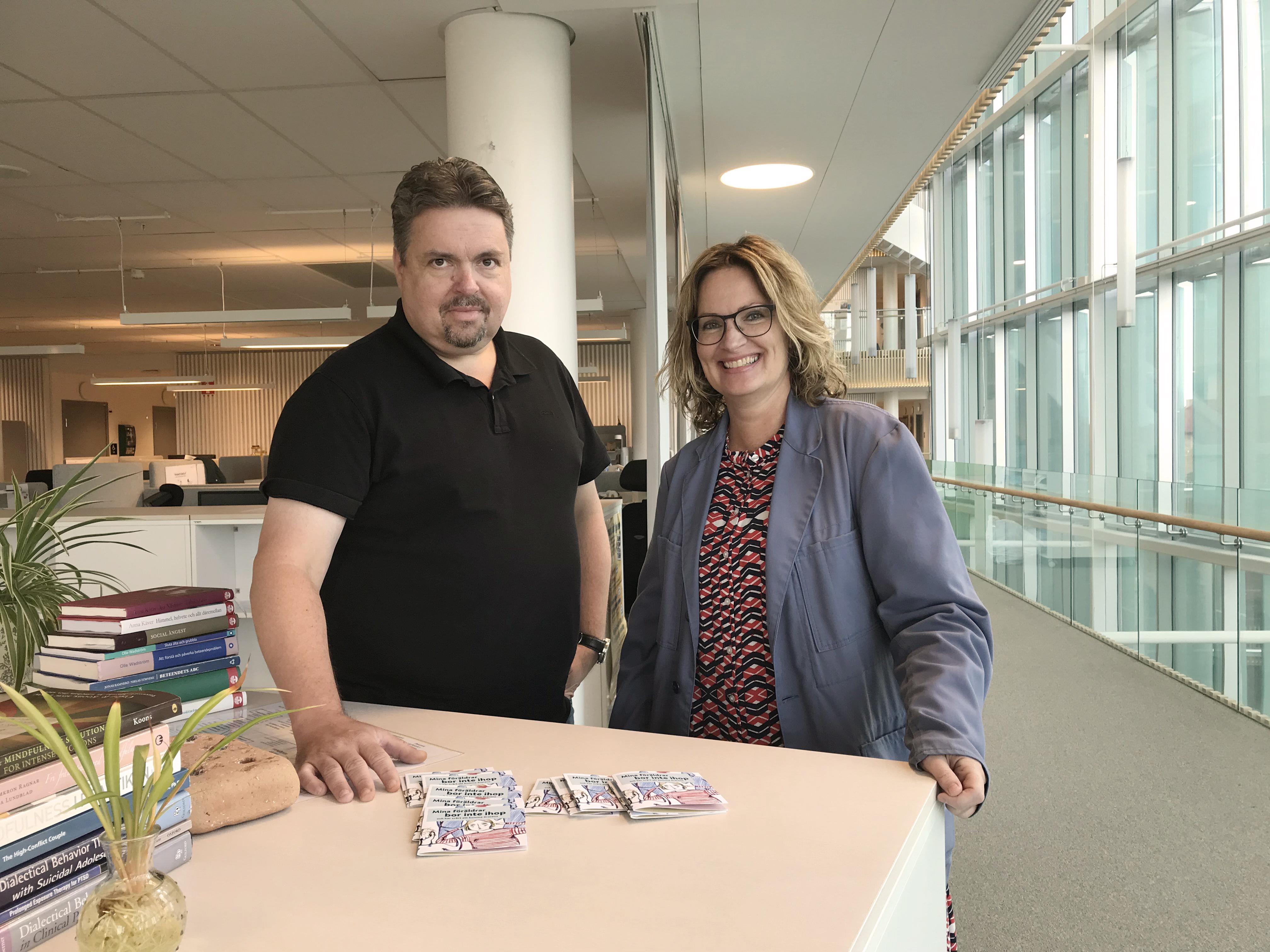 Familjerättens chef Tommy Persson och en av samtalsledarna, Maria Harvigsson, som arbetar med att stärka fokus på barnen i de samarbetssamtal som erbjuds vid svåra separationer.
