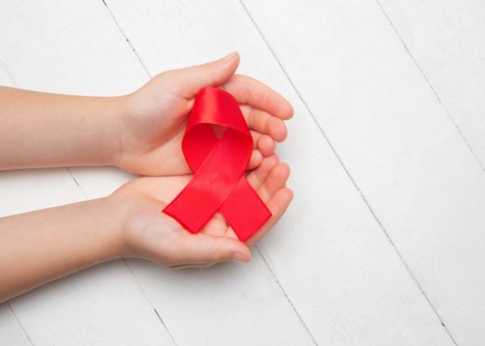 På världsaidsdagen den 1 december uppmärksammar vi personer som lever med hiv och minns de som har gått bort i aids.