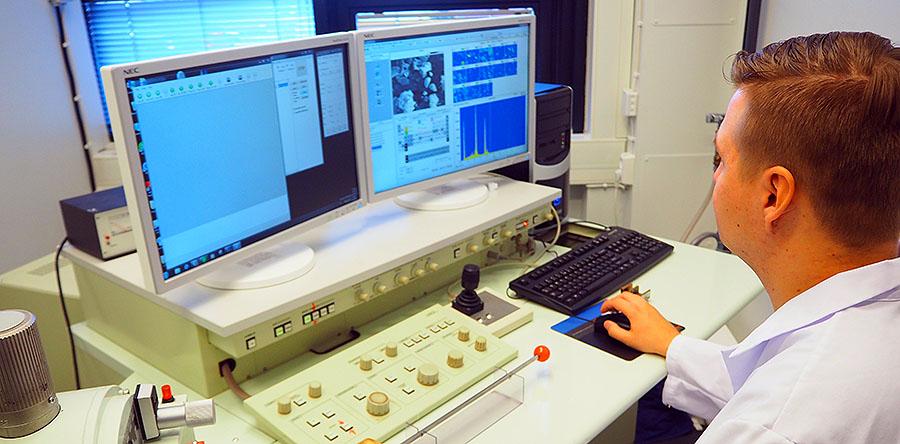 Geologi Niko Koskensalmi tutkimassa asbestia pyyhkäisyelektronimikroskoopilla.